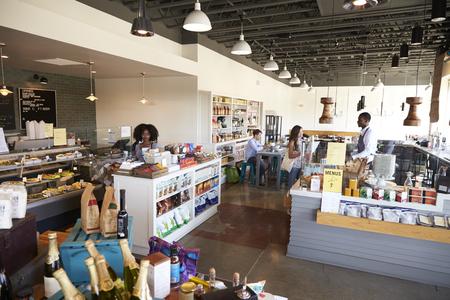 tiendas de comida: Interior De Charcutería ocupado con Clientes