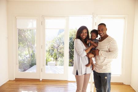 Portrait de la famille dans la nouvelle maison en déplacement Banque d'images - 71270130