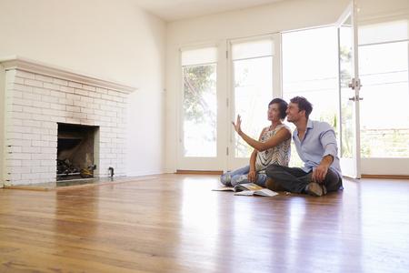 Opgewekt Paar Planning decoratie van Nieuw Huis