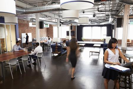 Innenraum des beschäftigten Design-Büros mit Personal