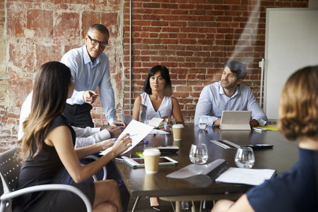 Empresarios Reunión En Sala De Juntas Moderna A Través Del Vidrio