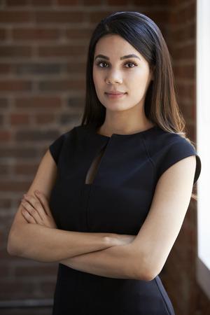 Hoofd en schouders Portret van jonge zakenvrouw In Office