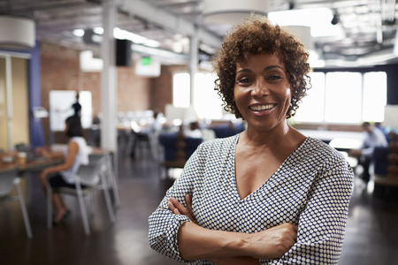 Portrét zralé podnikatelka v moderní kanceláři otevřeného plánu Reklamní fotografie