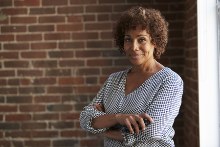 Head And Shoulders Portrait Of Mature Businesswoman Imagens