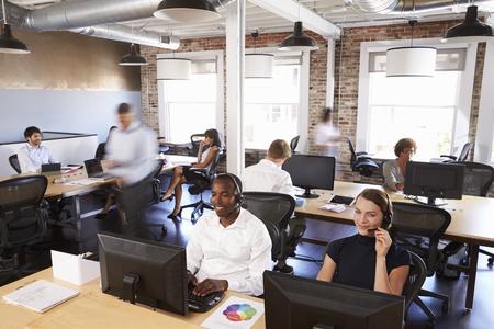View van het personeel in drukke afdeling Customer Service