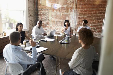 Grupo de empresarios en sala de reunión moderna