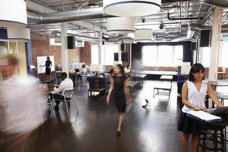 Wnętrze biurze projektu z pracownikami