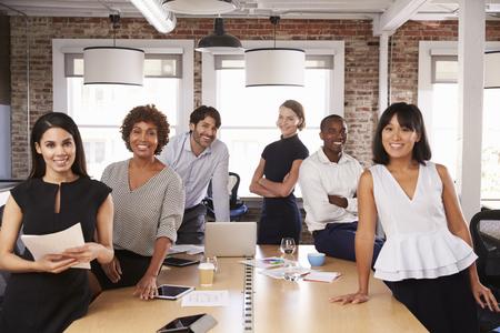 Portrait d'hommes d'affaires se réunissant autour de la table au bureau