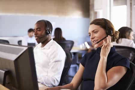 Weergave van personeel in drukke klantenservice Stockfoto