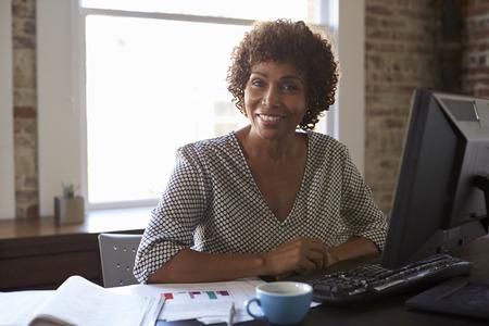Portret van onderneemster die in bureau werkt