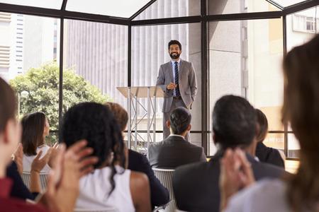 Public applaudissant orateur lors d'un séminaire d'entreprise Banque d'images - 71279278