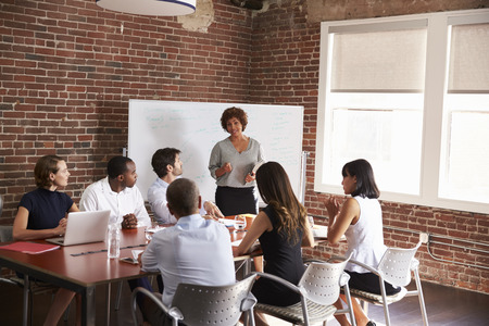 성숙한 사업가 회의실 회의를 주소