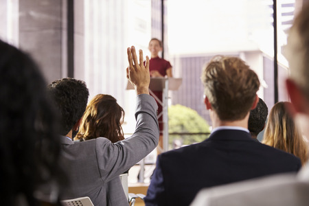 ビジネス セミナーで発表を行って行っている視聴者からの質問