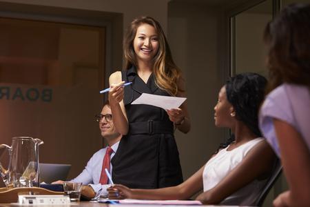 笑みを浮かべて実業家略会議でチームに提示 写真素材
