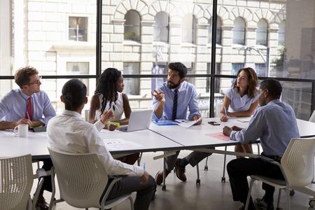 企業チームとの会談で、マネージャーをクローズ アップ