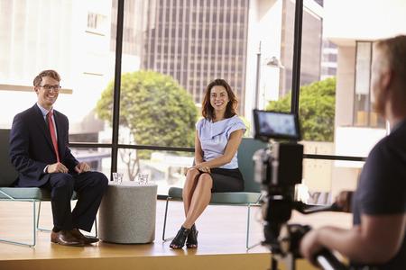 Elegancko ubrany mężczyzna i kobieta na zestawie dla wywiadzie telewizyjnym