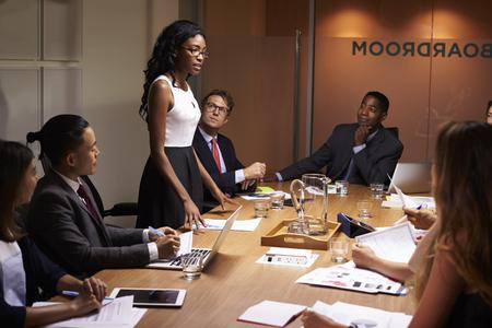 흑인 사업가 회의에서 동료를 언급 약자
