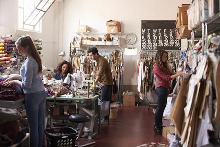 Zespół ludzi pracujących razem w studiu odzieżowym Zdjęcie Seryjne
