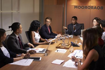 Zakenman die collega's op een vergadering adresseert