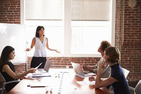 Groupe de Businesswomen Réunion en salle de réunion moderne Banque d'images - 71280192