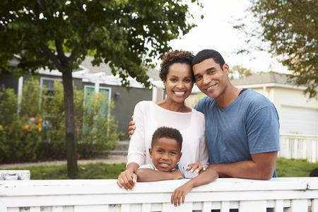 그들의 새 집 밖에 서 젊은 아프리카 계 미국인 가족