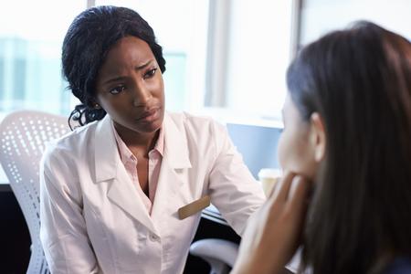 Arzt in Absprache mit depressiver Patientin