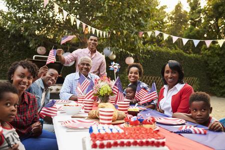 Familia negra de generación múltiple que tiene una fiesta de jardín del 4 de julio Foto de archivo - 71353001
