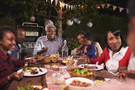 Famille de génération multi manger un dîner dans le jardin, gros plan Banque d'images - 71353016