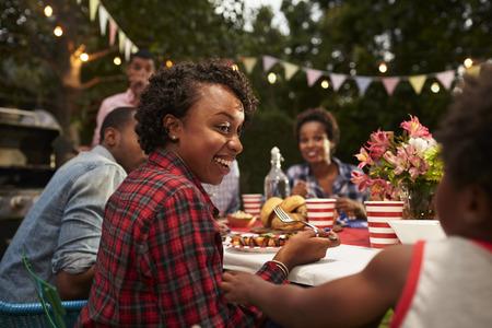 Zwarte moeder en zoon in het gezin 4 juli barbecue, close-up Stockfoto