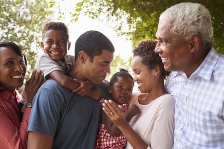 Famille noire de génération multiple se regarde dans le jardin