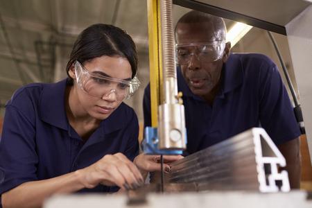 목수 교육 여성 도제 기계화 된 톱 사용 스톡 콘텐츠