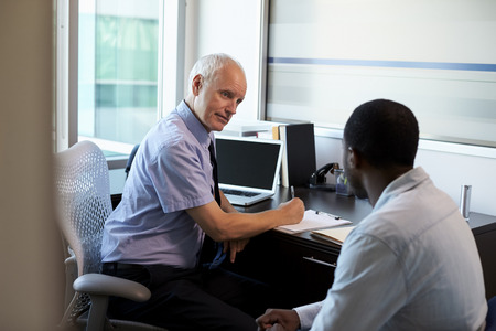 オフィスでの男性患者と相談医師