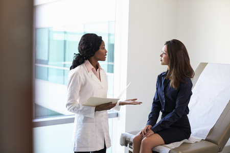 Doctora Reunión con el paciente en cuarto de exámenes