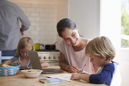 niños estudiando: Niños, hacer, deberes, cocina, tabla, mamá, cierre, arriba