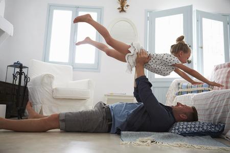 Vader Lifting Dochter In De Lucht Indoors
