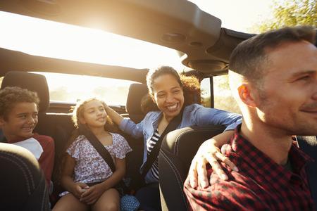 Famille heureuse en route dans la voiture, passager avant POV Banque d'images - 71404744