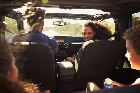 Excited family on a road trip in car, rear passenger POV Stockfoto