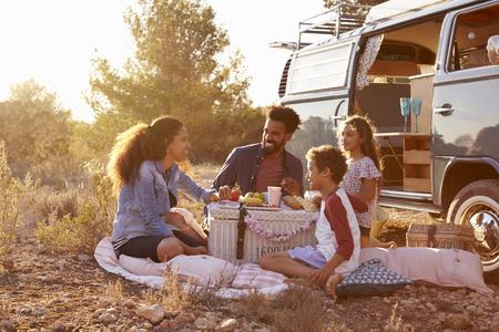Familie die een picknick naast hun camper, full length Stockfoto