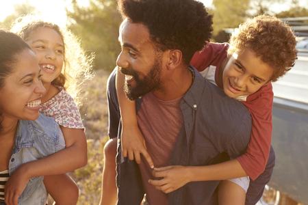 親が自分の子供を与えるとき、上半身をクローズ アップ 写真素材