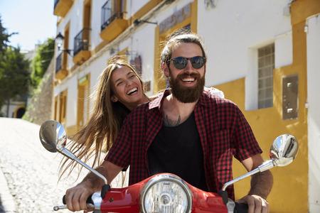 Couple, séance, sur, a, scooter, rire, espagne, espagne Banque d'images - 71403818