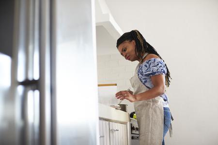 料理のレシピ本を読んで女性の低角度表示