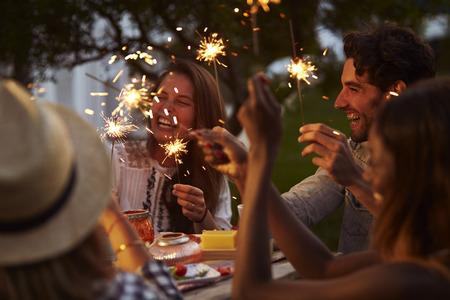Vrienden Met Sparklers Eten Eten En Lekker Feest Stockfoto