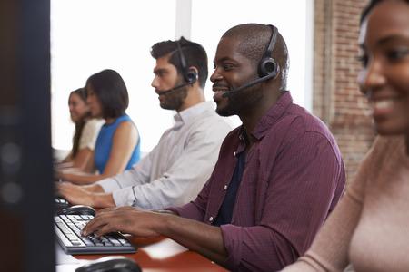 바쁜 고객 서비스 부서에서 근무하는 직원 스톡 콘텐츠