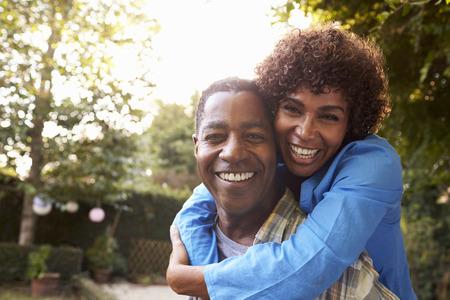 成熟したカップルに戻ってを愛するの肖像ヤード ガーデン 写真素材