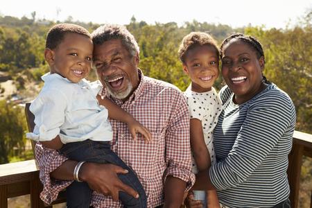 Abuelos, nietos, posición, observación, cubierta Foto de archivo - 77969764
