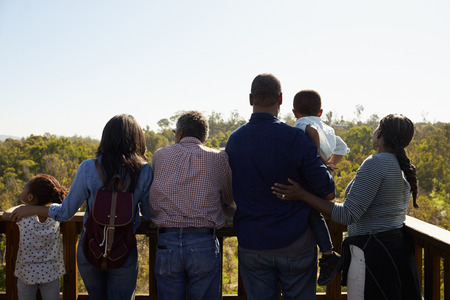 屋外展望デッキの上に立って多世代家族