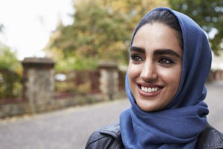 市街地環境における英国のイスラム教徒の女性の肖像画