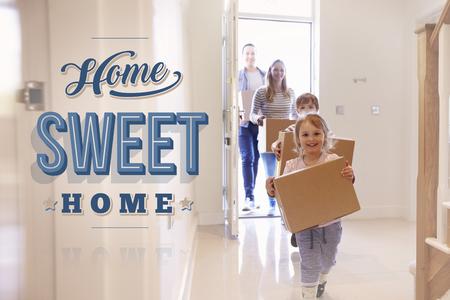 Familie Tragen Boxen in neue Home Sweet Home Standard-Bild