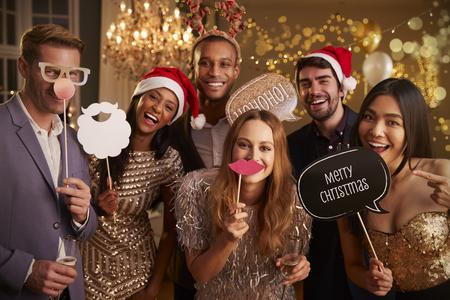 크리스마스 파티에 함께 드레싱하는 친구의 그룹 스톡 콘텐츠