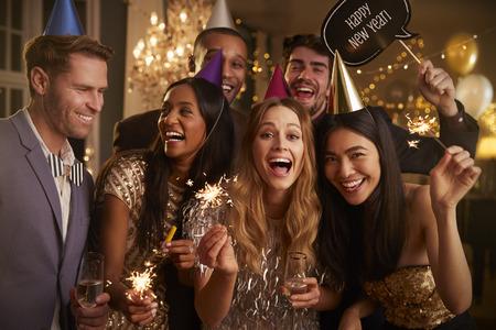 Groupe d'amis célébrant à la fête du Nouvel An ensemble Banque d'images - 79437382